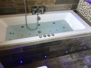 Photo jacuzzi bath with mood lighting